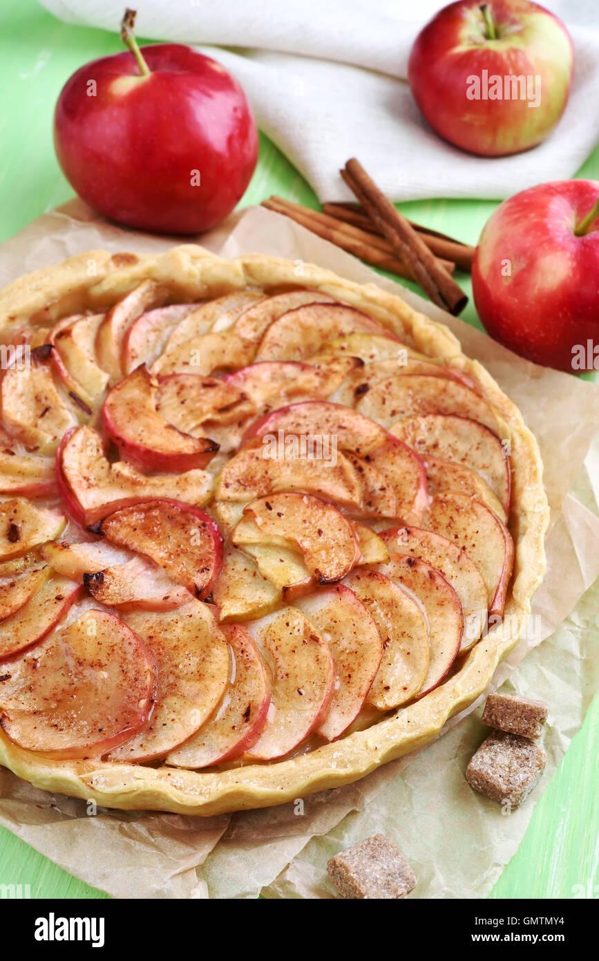 La cuisson des fruits, tarte aux pommes et fruits frais Photo Stock