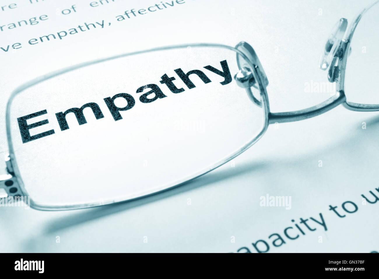 L'empathie signe sur un papier et lunettes. Photo Stock