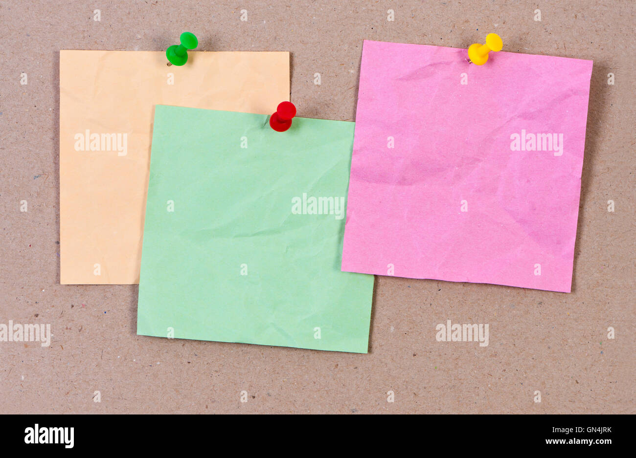 Sticky Notes jointes punaise froissé. Photo Stock