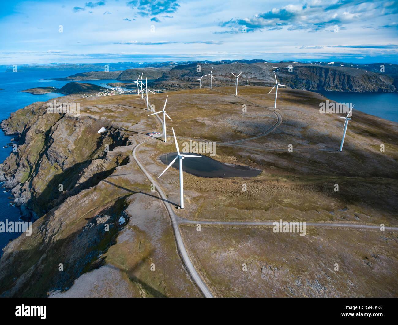 Les moulins à vent pour la production d'énergie électrique. Le nord de la Norvège Photo Stock