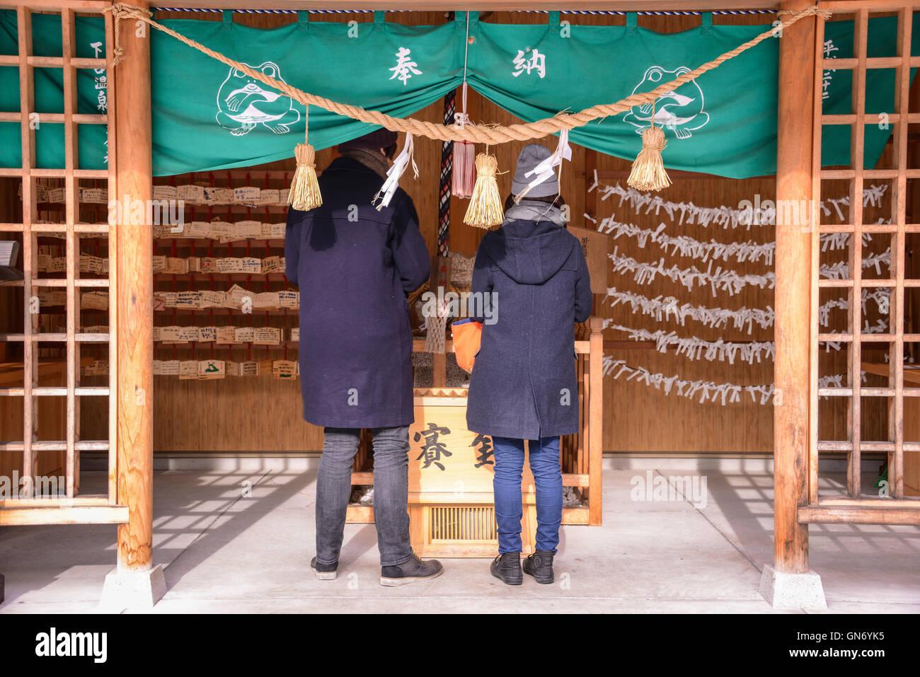 Couple adorer dans le sanctuaire Photo Stock