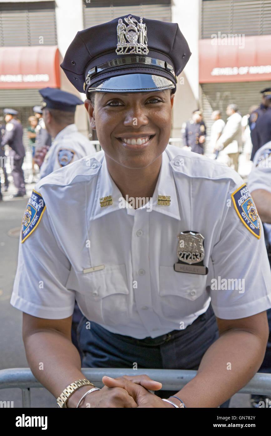 Une belle femme policier en patrouille à la Pakistan 2016 Day Parade sur Madison Ave,. à Manhattan, New York City. Banque D'Images