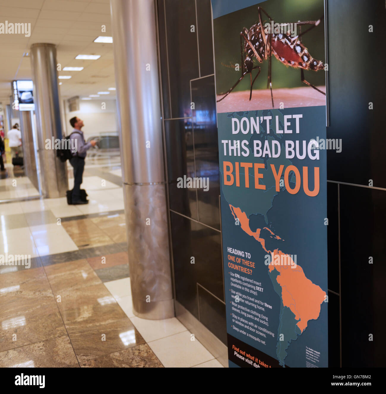 Sign in airport (Atlanta) avertissement les voyageurs de l'Aedes aegypti et Zika virus Photo Stock