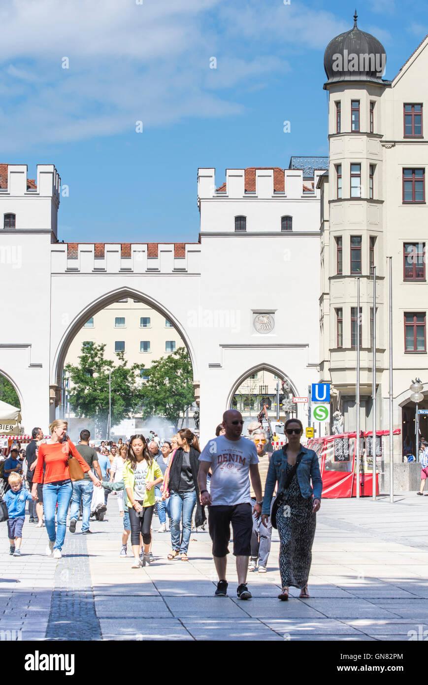 Les touristes dans la zone piétonne de Munich Photo Stock