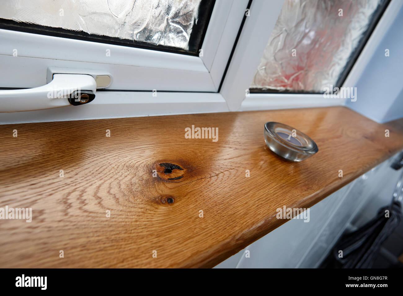 appui de fenêtre en bois en chêne avec double vitrage et tealight