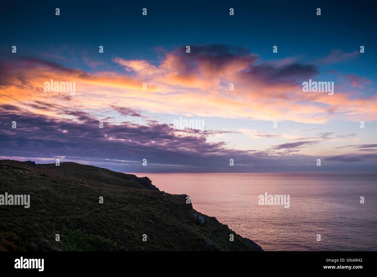 Un spectaculaire coucher de soleil sur l'Est de Pentire Newquay, Cornwall. Photo Stock
