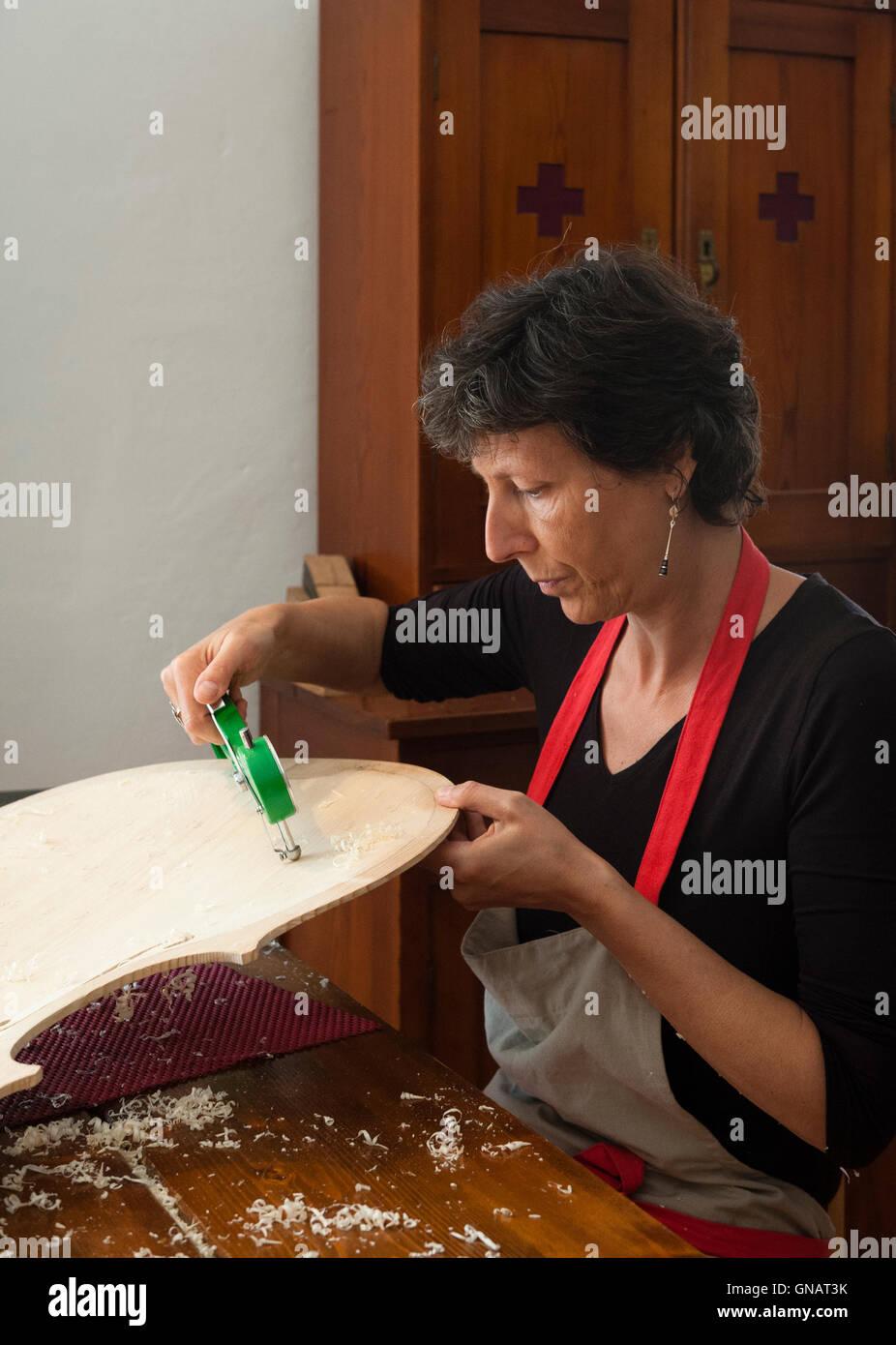 La Forêt de violons, de Paneveggio, Italie. Giovanna Chittò, luthier (luthier), de mesure du bois pour un violoncelle Banque D'Images