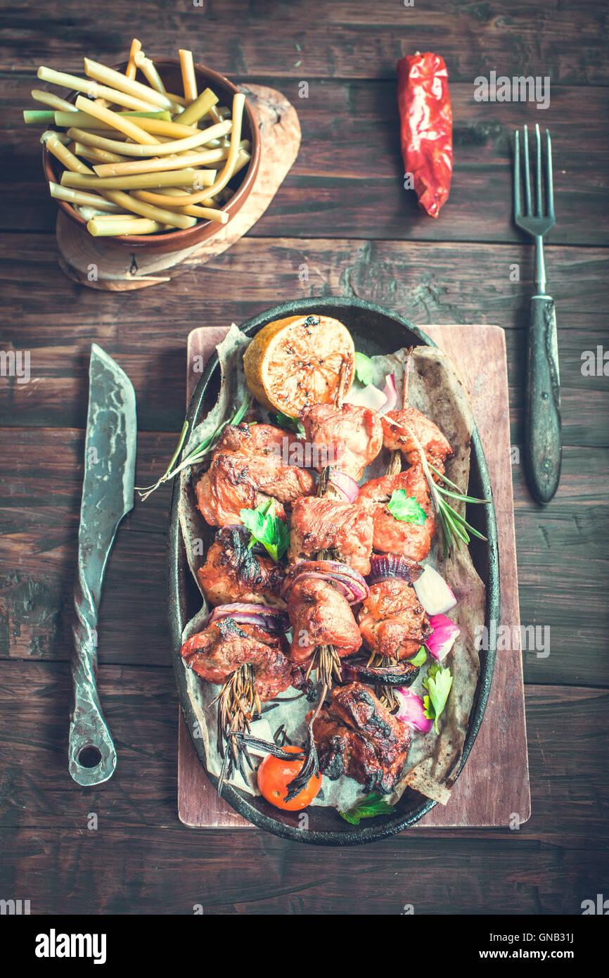 Brochettes de porc grillées rustic Photo Stock