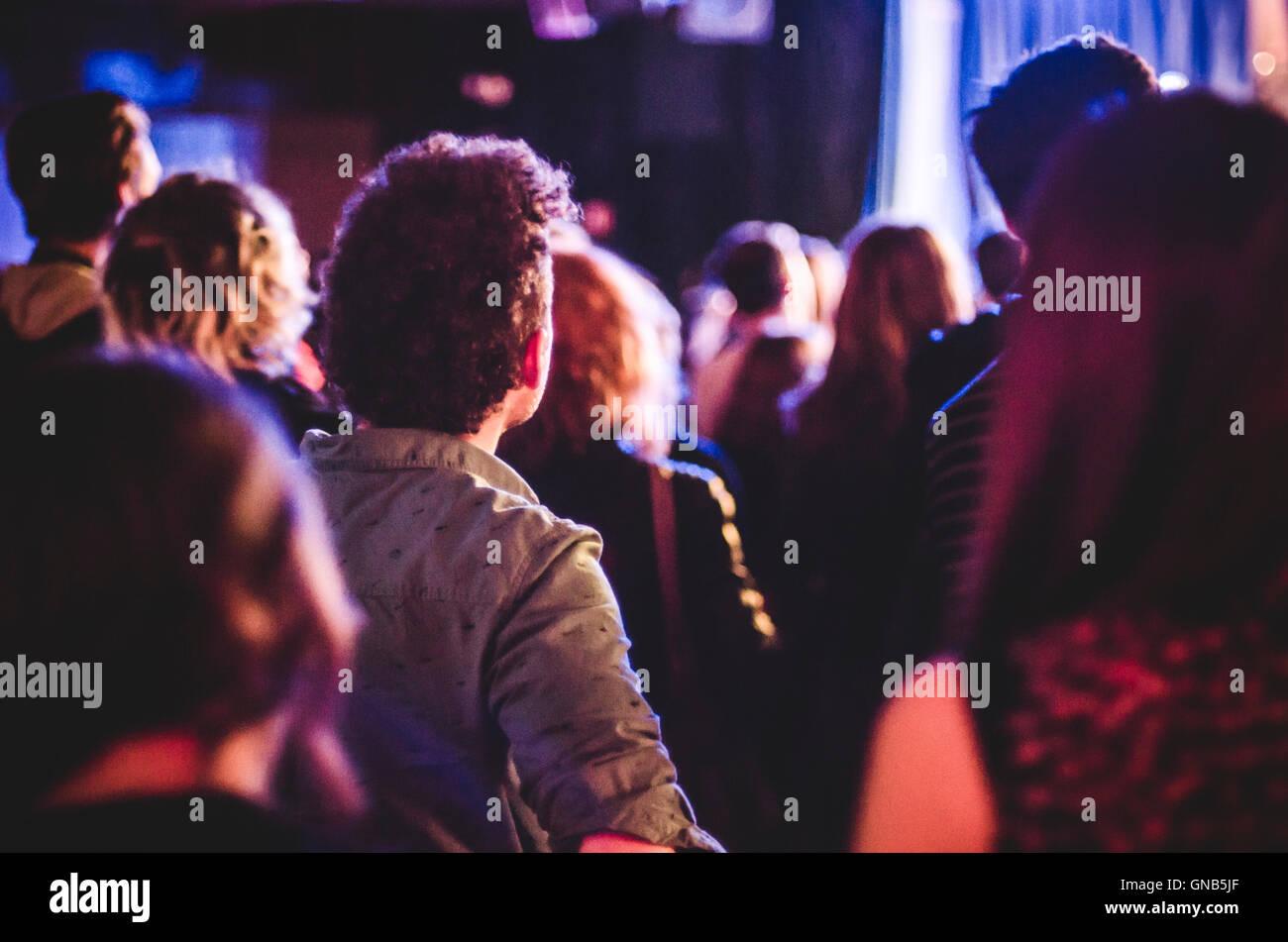 Foule de gens regardant les concerts dans des petits lieux Club Photo Stock