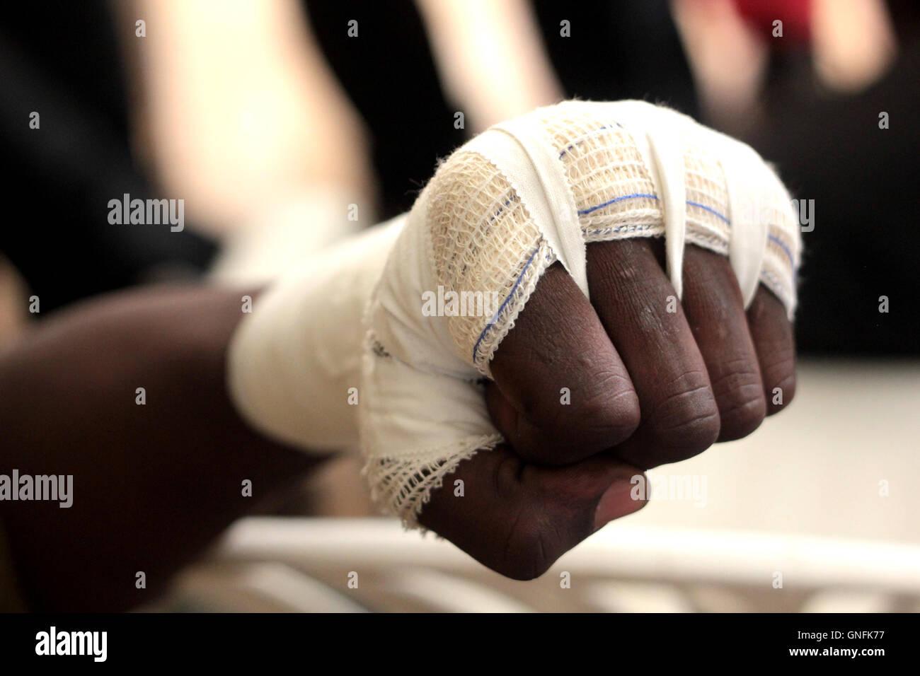 Kampala, Ouganda. 31 août, 2016. Les entraîneurs de boxe ougandais suivre attentivement comment lier un Photo Stock