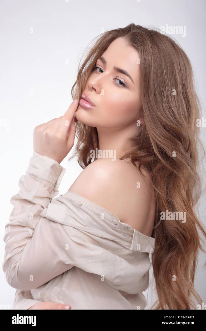 Portrait d'une jeune femme avec de longs cheveux et une chemise. Relations sérieuses l'épaule. Banque D'Images