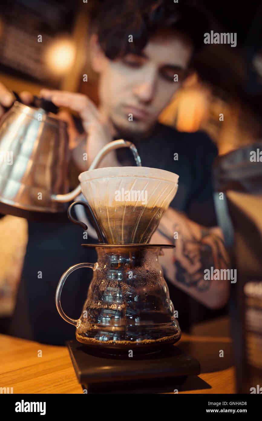 Barista au travail dans un café Photo Stock
