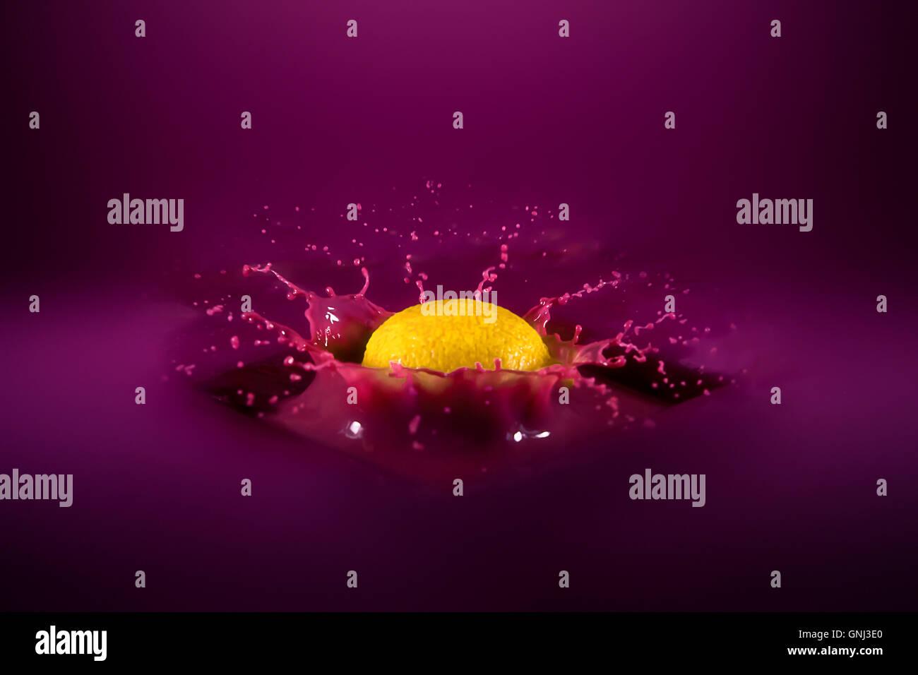 Les projections dans Citron liquide violet Photo Stock