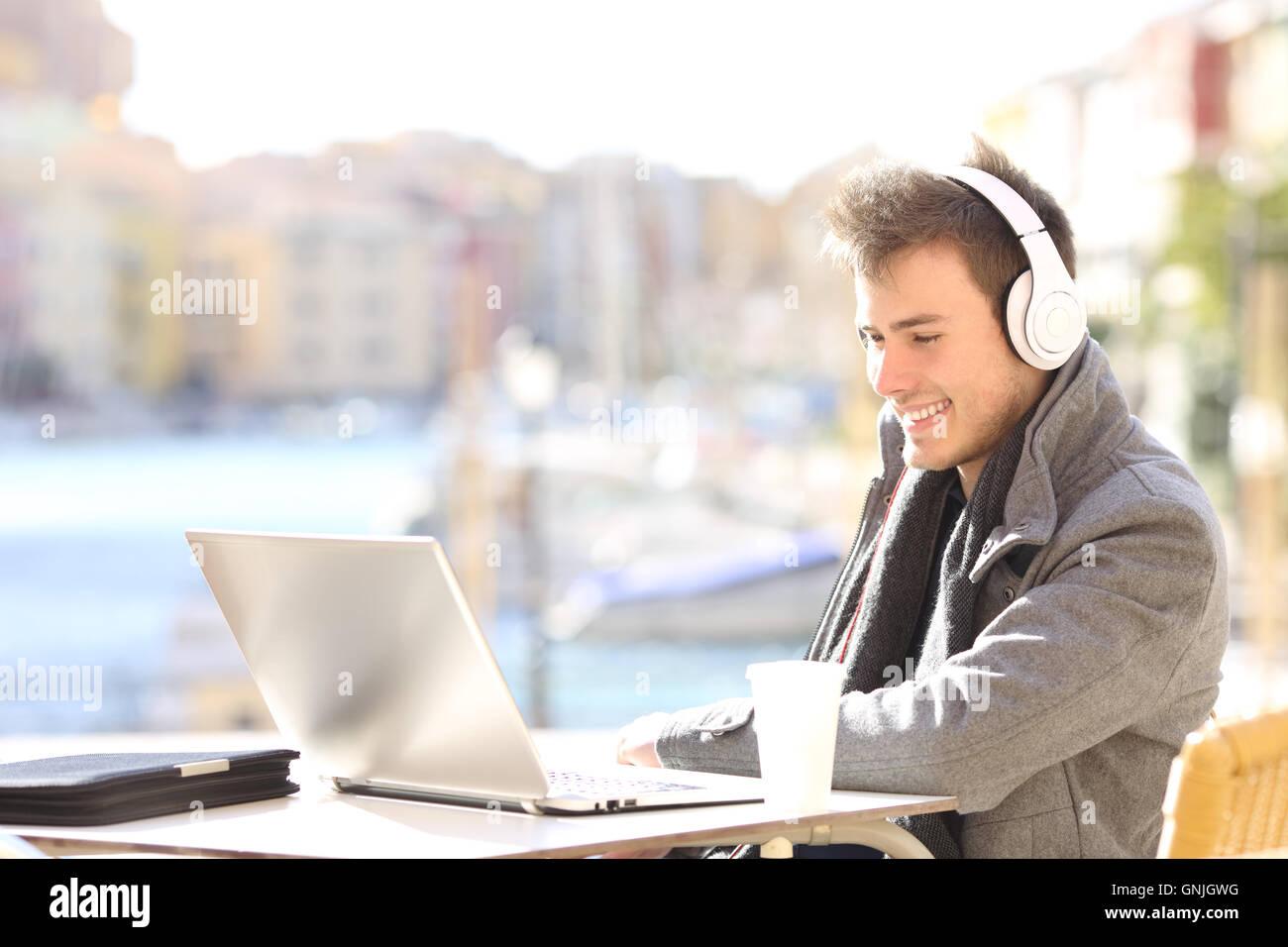 Bel Homme Elegant Travail Avec Ordinateur Portable Et Un Casque En