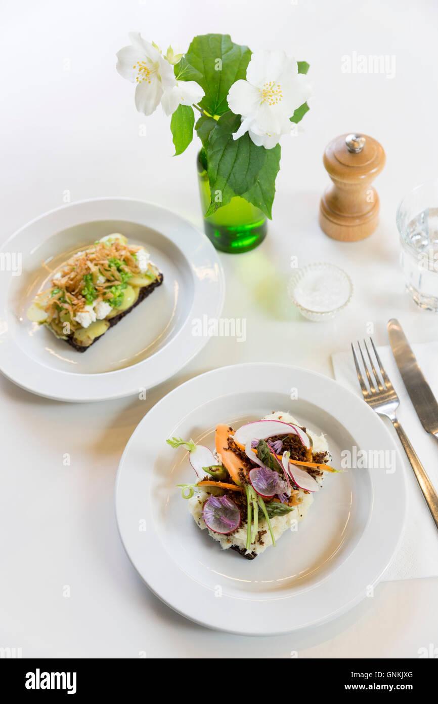 Des collations déjeuner smorgasbord Smorrebrod - sandwich ouvert nordique blanc minimaliste sur assiettes en Photo Stock
