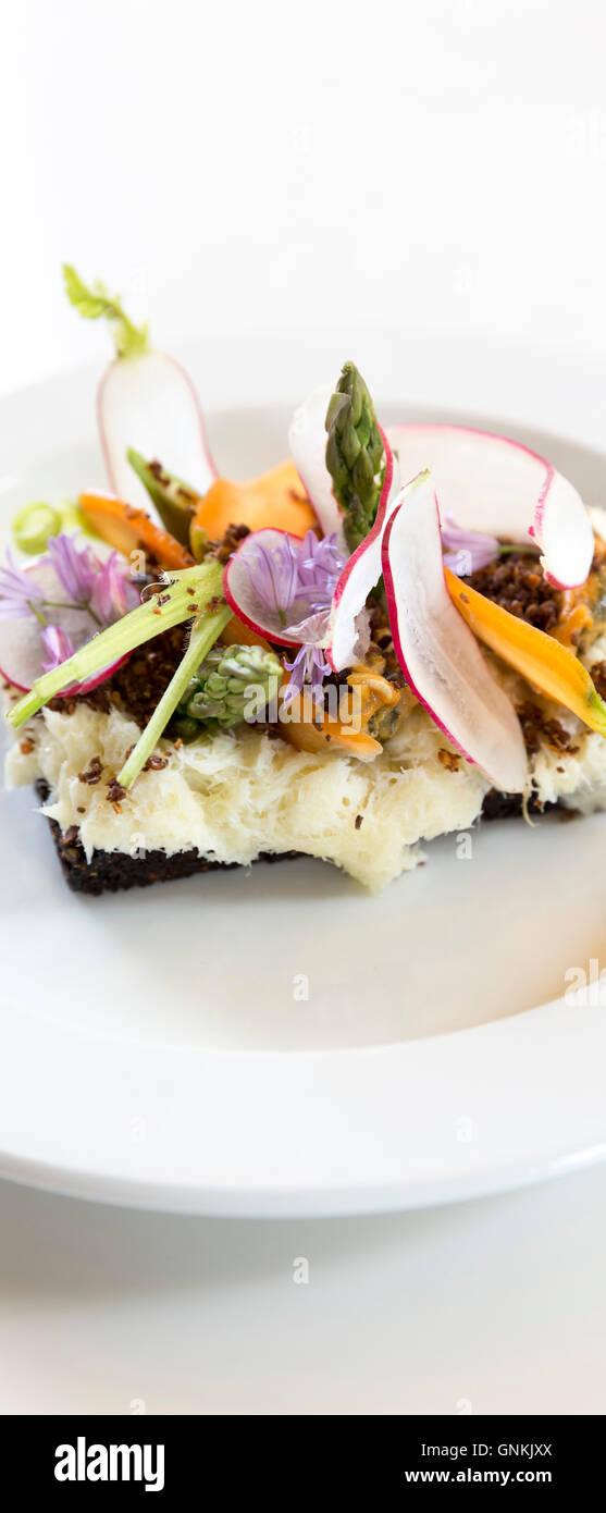 Des collations déjeuner poissons morue nordique smorgasbord Smorrebrod - sandwich ouvert sur la chine - plaque Photo Stock