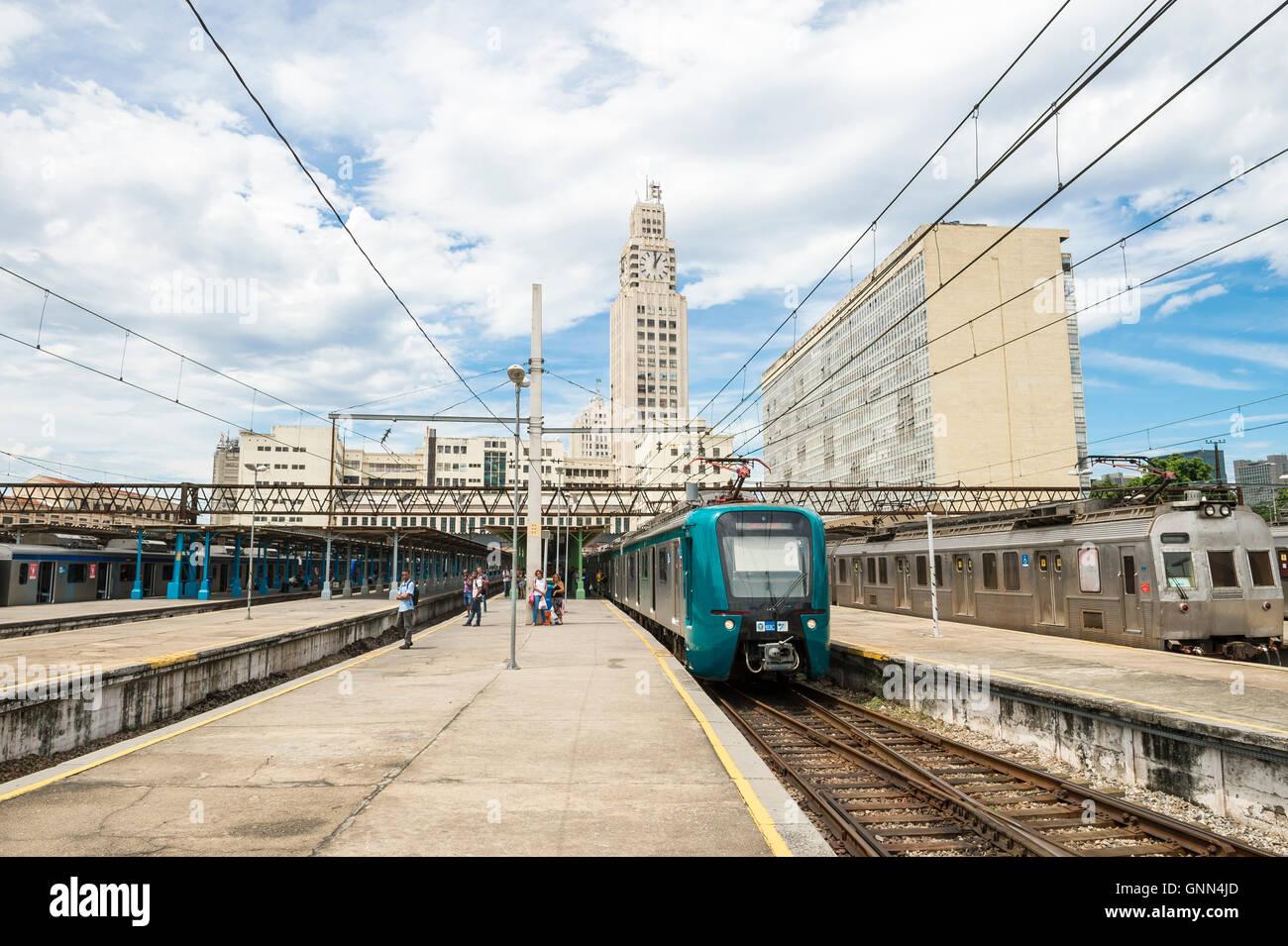 RIO DE JANEIRO - le 4 mars 2016: les trains SuperVia à Central do Brasil gare transport de passagers Photo Stock