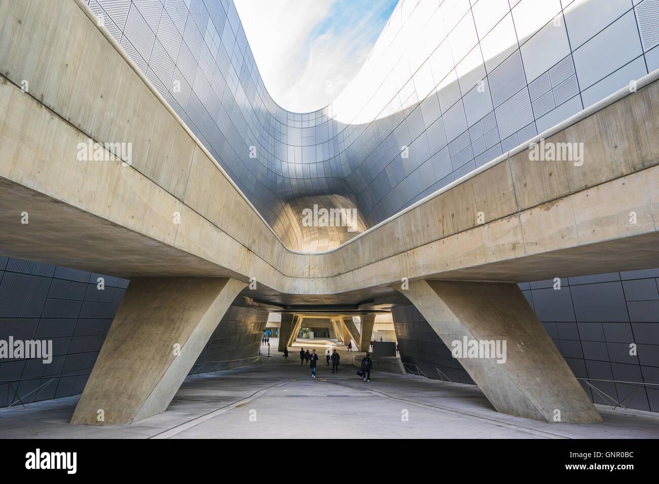 Séoul, Corée du Sud- 6 décembre 2015: la conception de Dongdaemun Plaza, également appelé Photo Stock