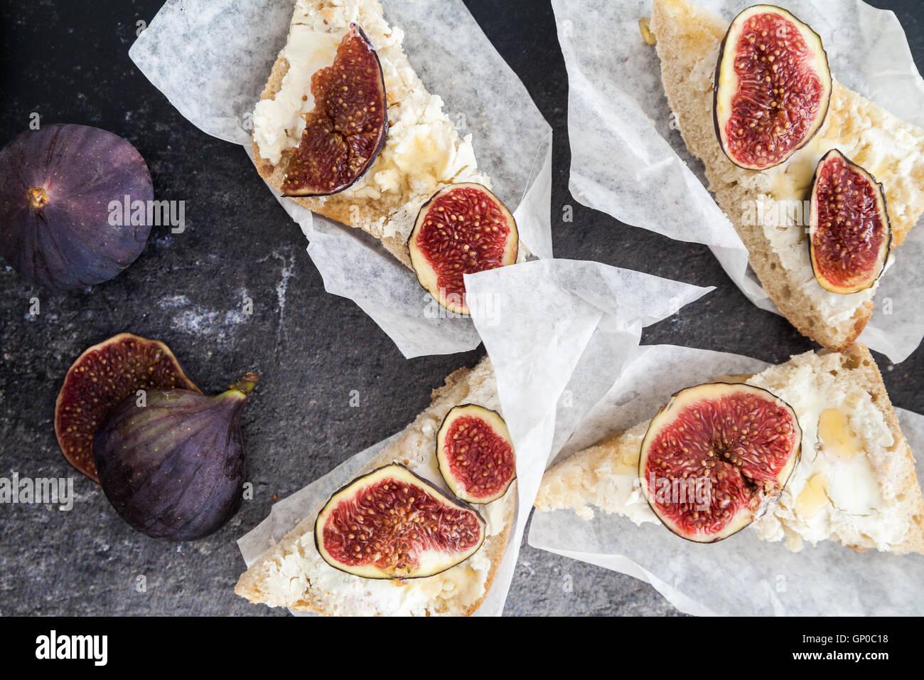 Le fromage de chèvre costini avec figues fraîches Photo Stock