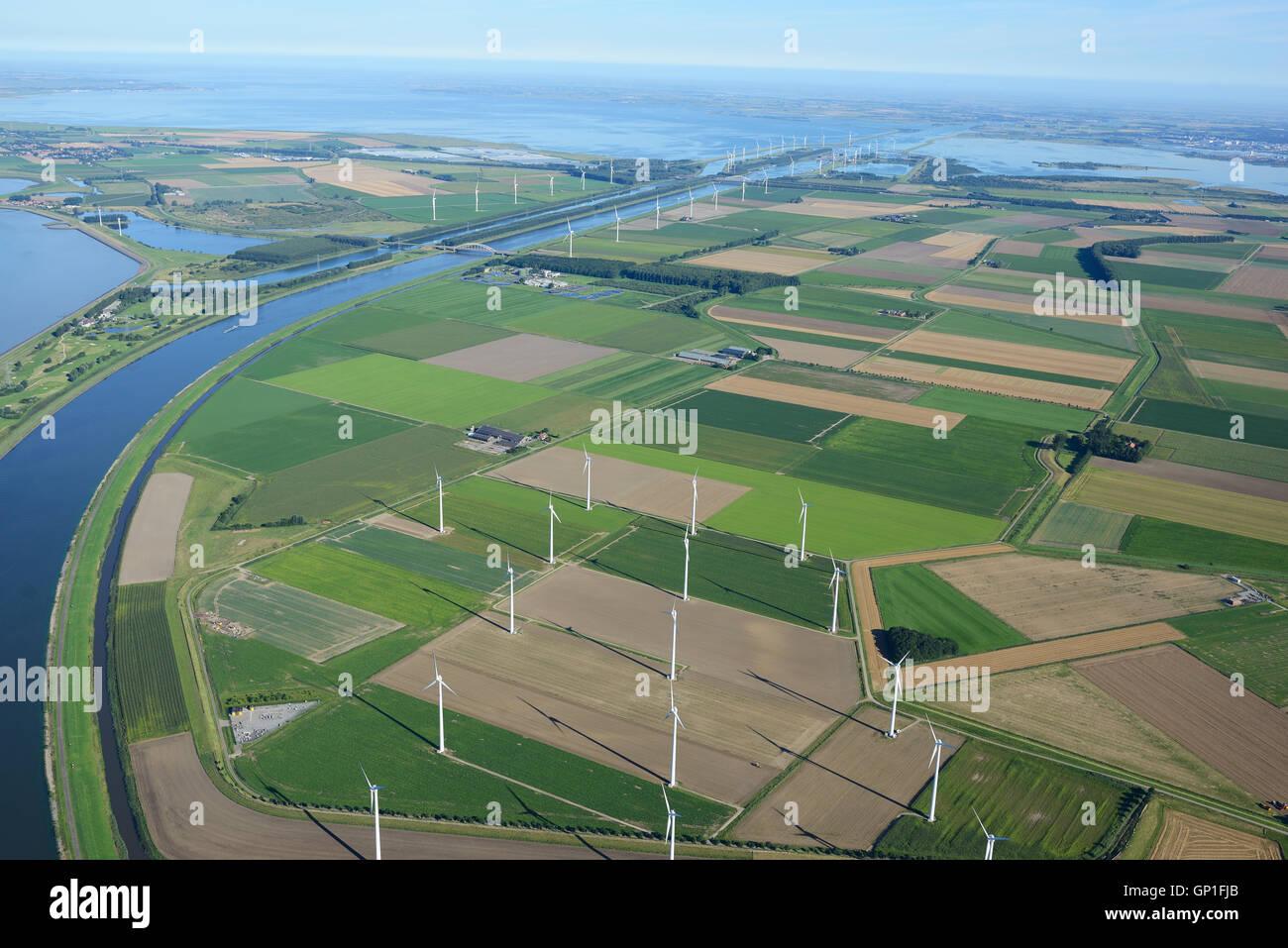 Paysage DE TERRES AGRICOLES ET ÉOLIENNES (vue aérienne). Brabant du Nord et 225 régions, aux Pays Photo Stock