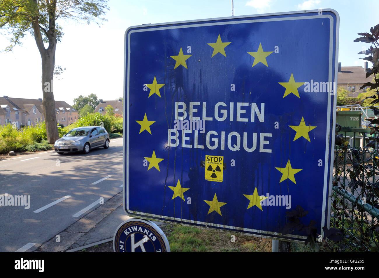 Affiche bilingue à la frontière ouverte entre Aix-la-Chapelle (Allemagne) et l'emplacement Kelmis Photo Stock