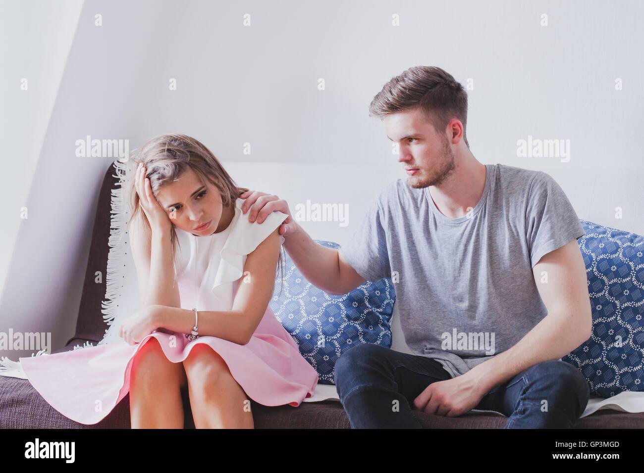 La compassion ou s'excuser, de soutien psychologique en situation difficile, jeune famille, triste déprimé Photo Stock