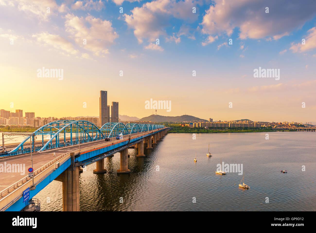 Coucher du soleil de pont Dongjak et Han River dans la ville de Séoul, Corée du Sud. Photo Stock