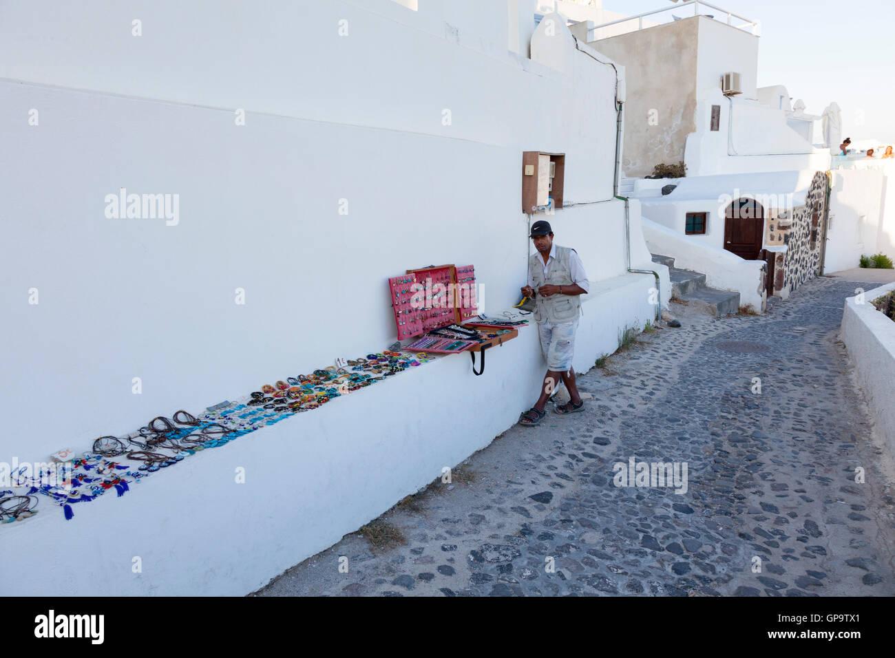 Un commerçant de la rue vend des bijoux à Oia, Santorin dans les îles  grecques abea1ba863d6