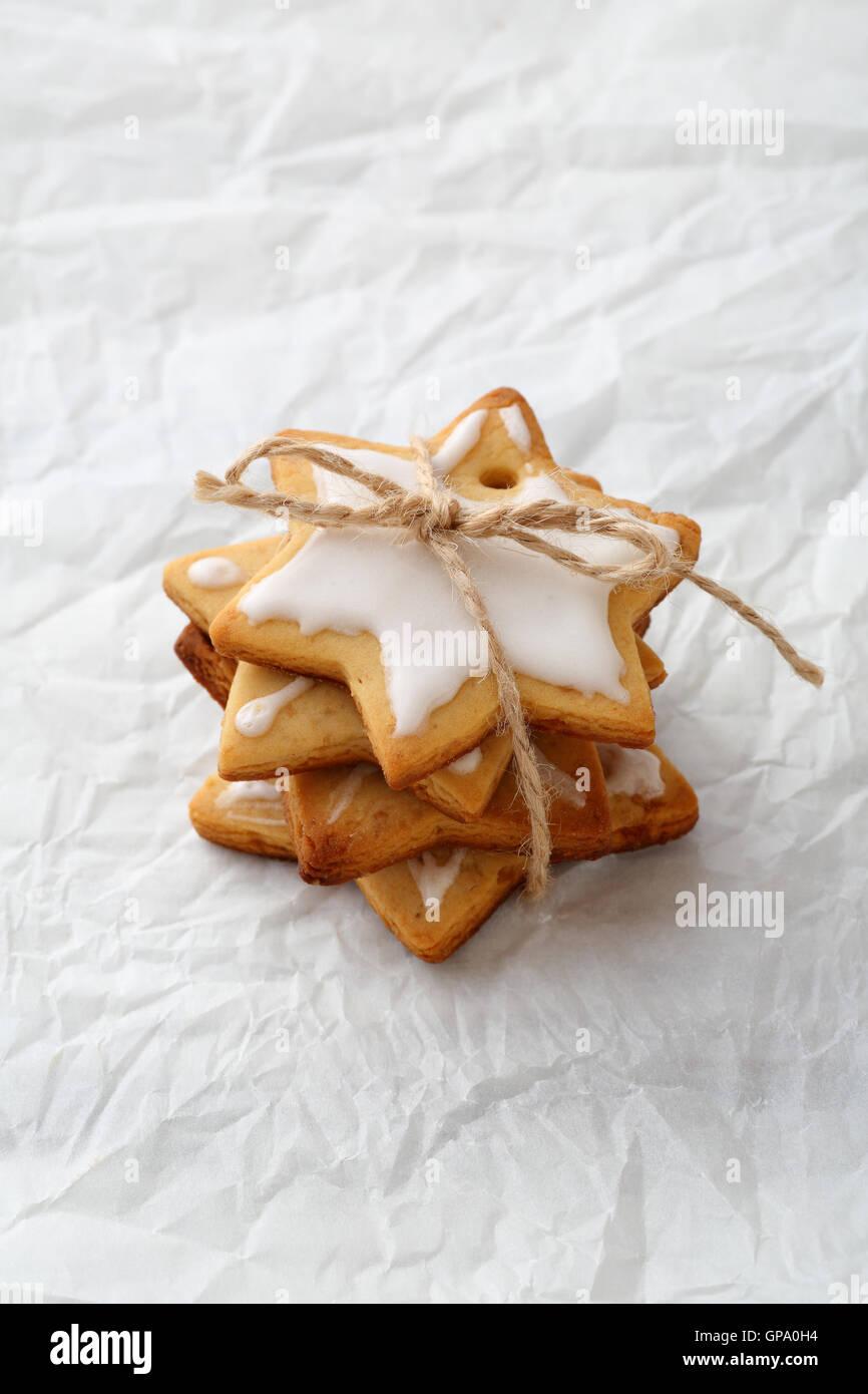 Pile de noël gingerbread cookies star avec du glaçage Banque D'Images