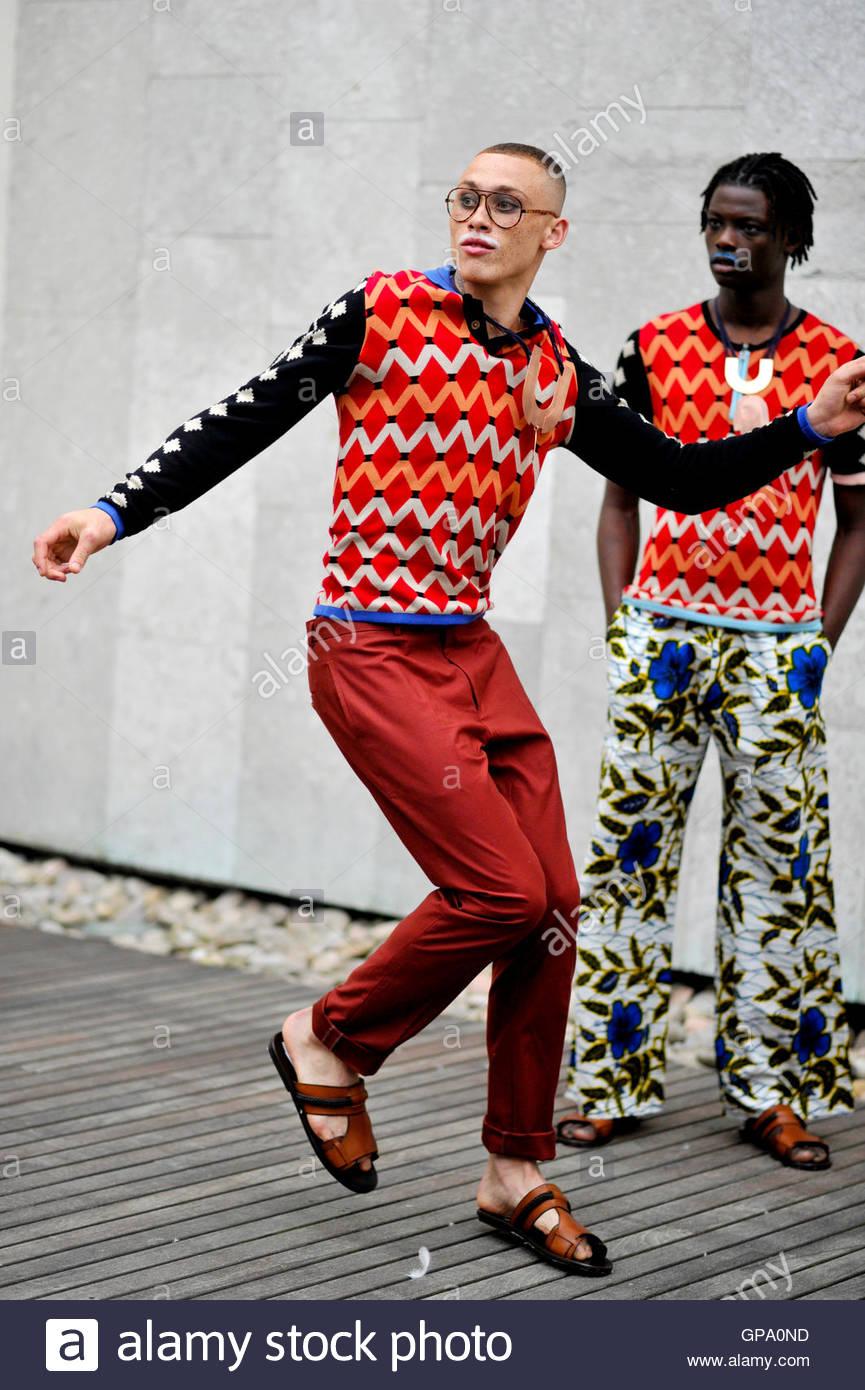 Modèles,Nicholas Sinclair et le roi tente, backstage pour l'Afrique de l'Utopie, Contemporary Fashion Photo Stock