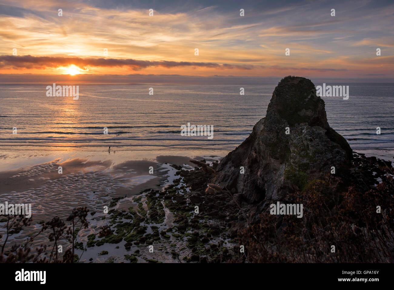 Spectaculaire coucher de soleil sur la plage de Whipsiderry à Newquay, Cornwall. Photo Stock