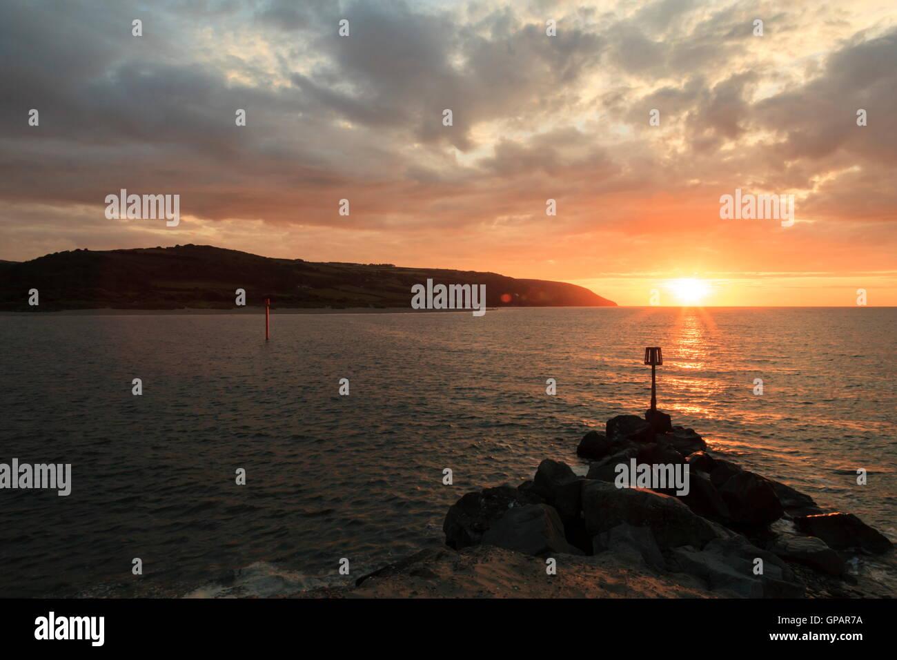 Gwbert sur mer où la rivière Teifi entre dans la baie de Cardigan Banque D'Images