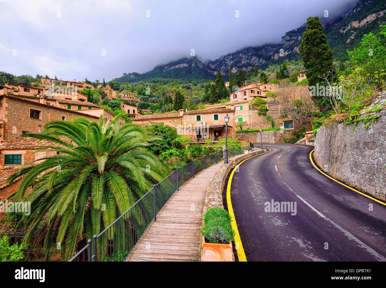 Route asphaltée sinueuse en zone rurale de montagne Tramontana, Mallorca, Espagne Photo Stock