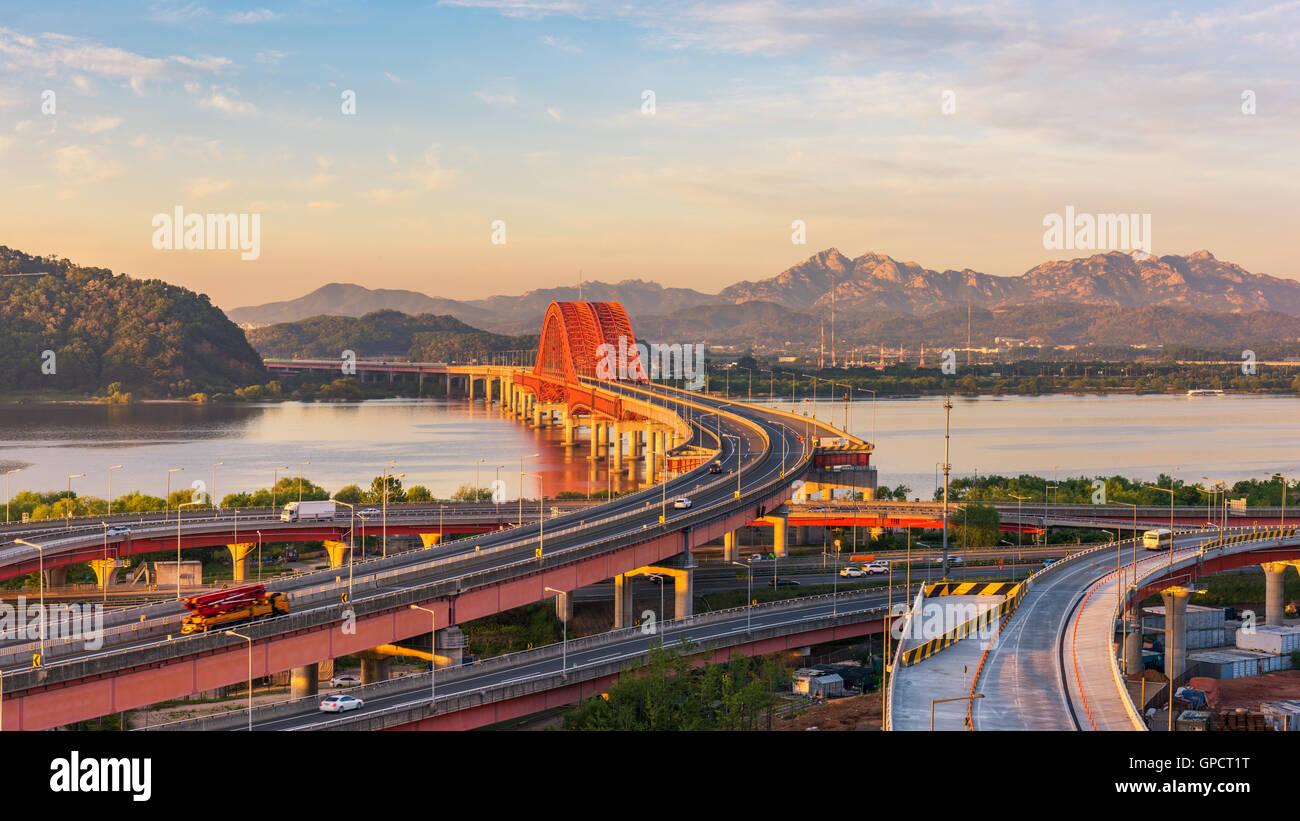 Coucher de soleil à pont Banghwa dans Séoul, Corée Photo Stock