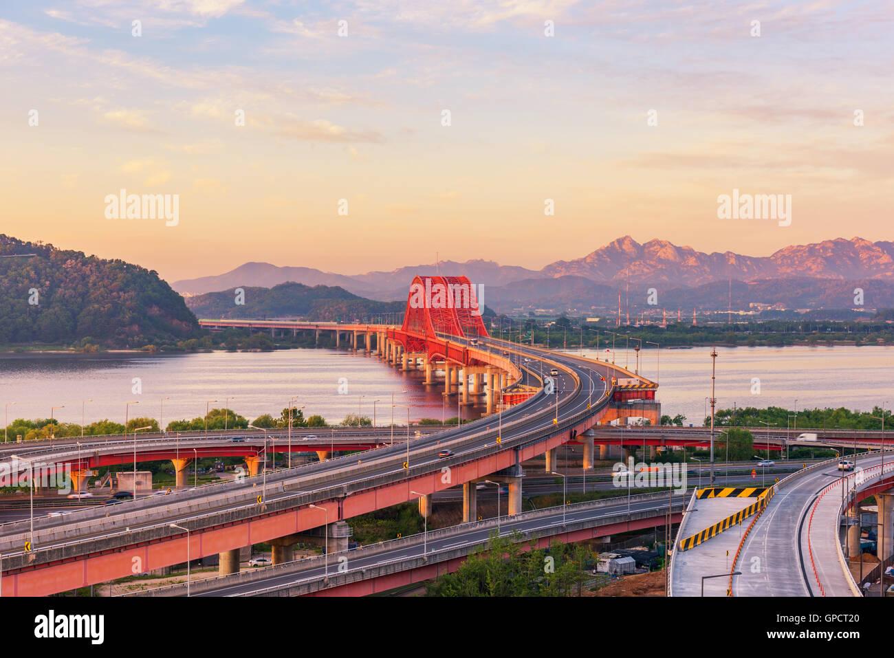 Coucher de soleil à pont Banghwa dans Séoul, Corée. Photo Stock