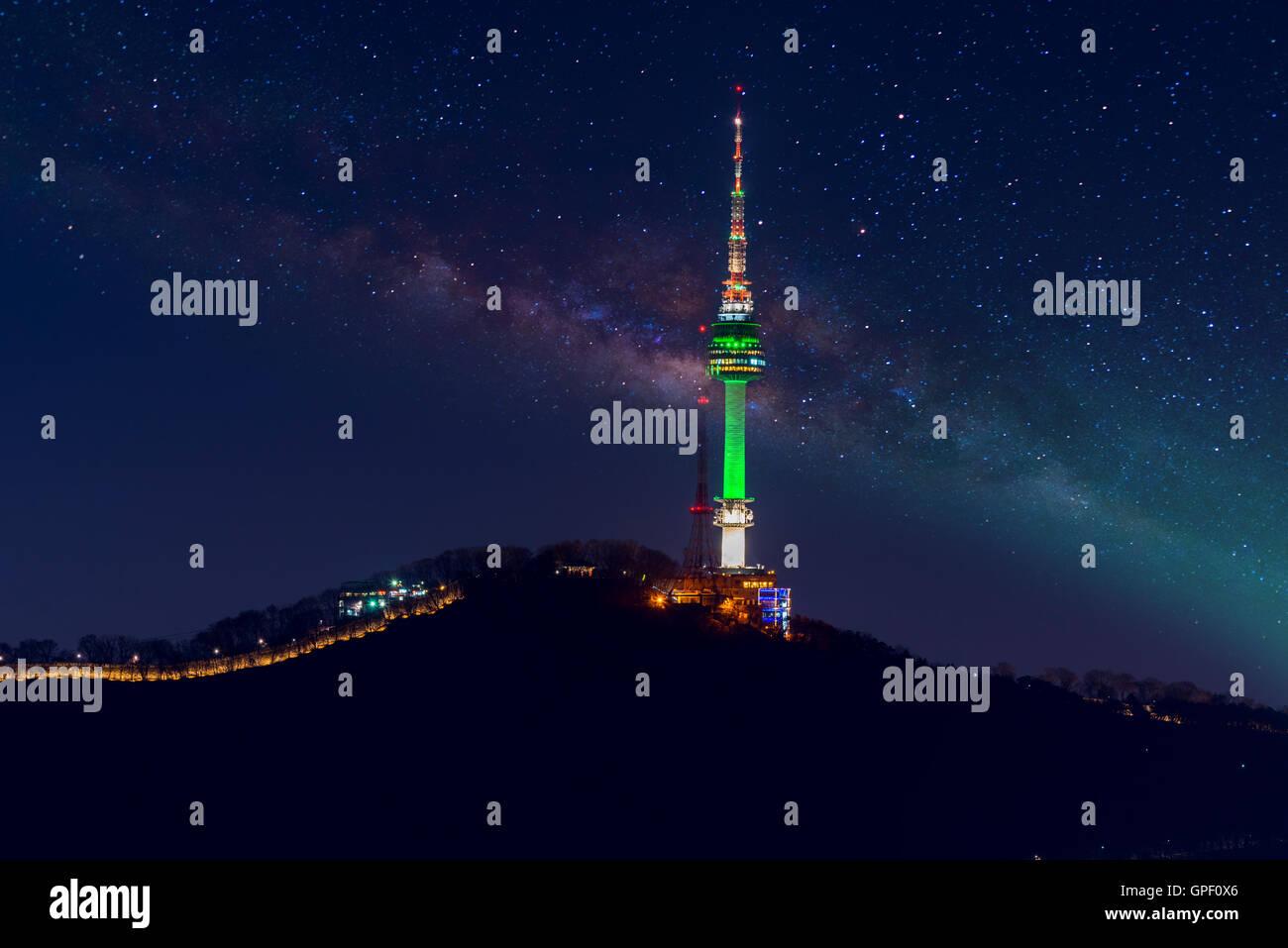 Tour de Séoul et Milky Way à Séoul, Corée du Sud Photo Stock