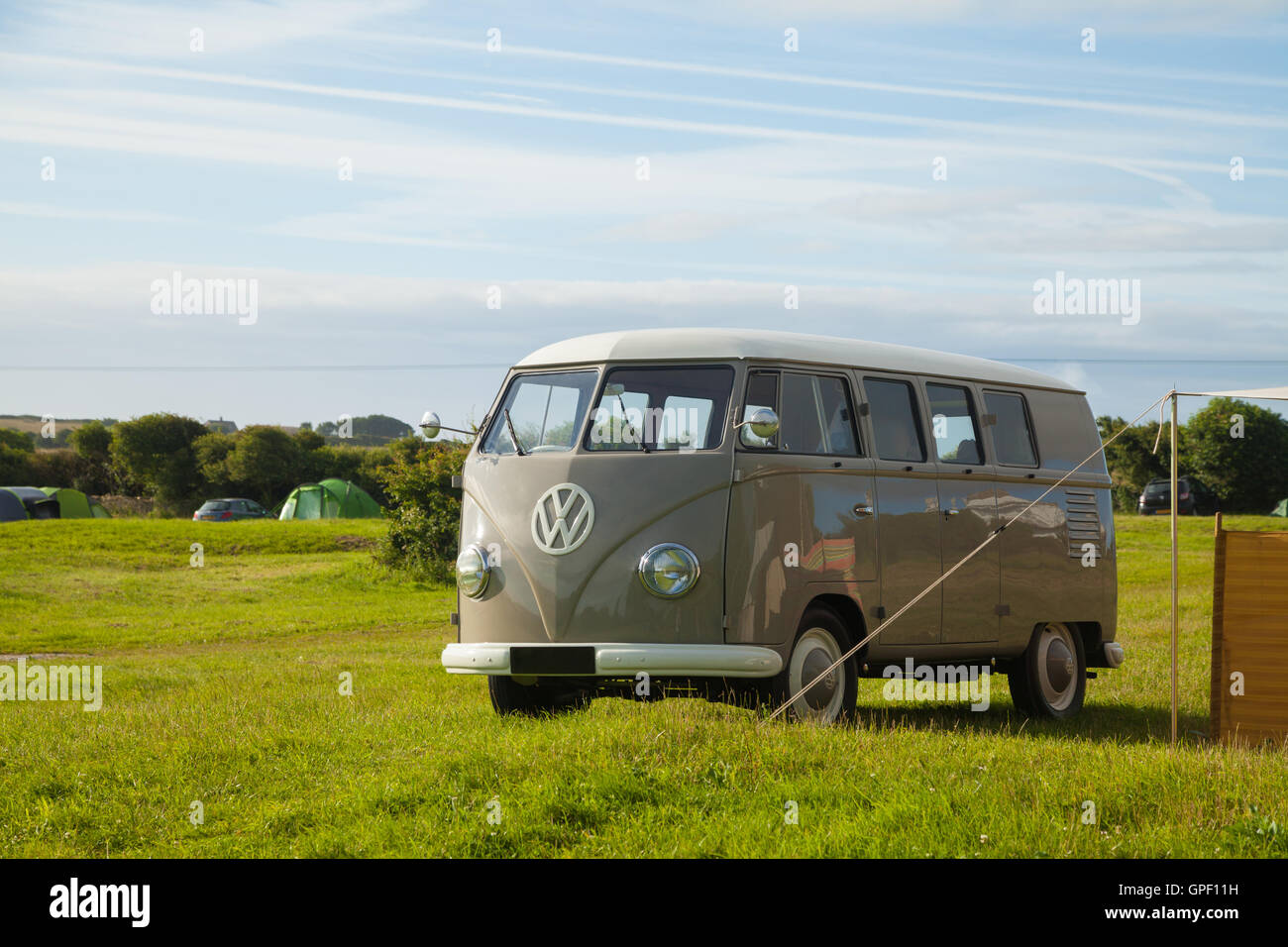 Un VW Camping-car et tente dans un camping. Photo Stock