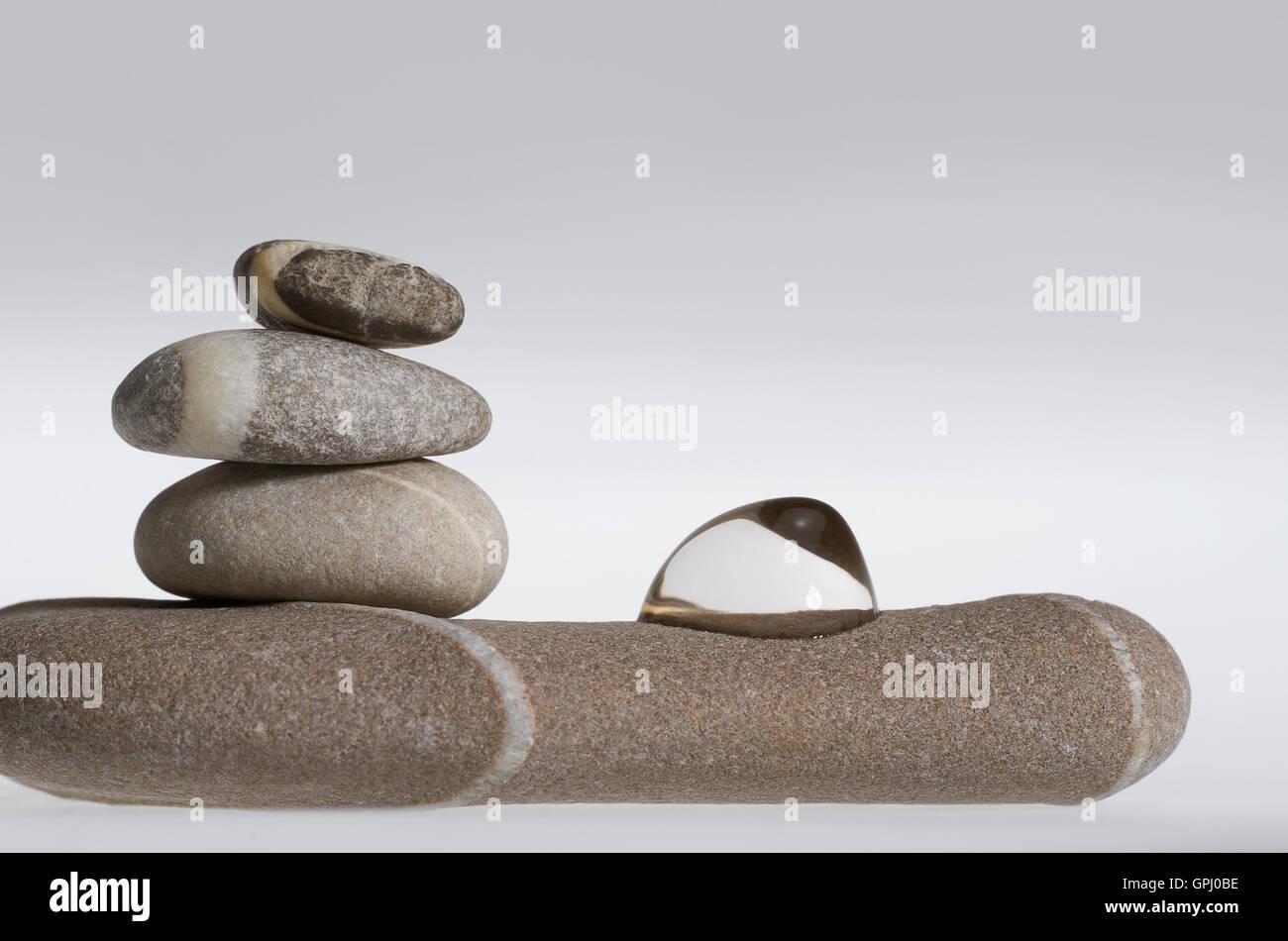 Arrangement de galets de pierre arrondis empilés avec chute de ...