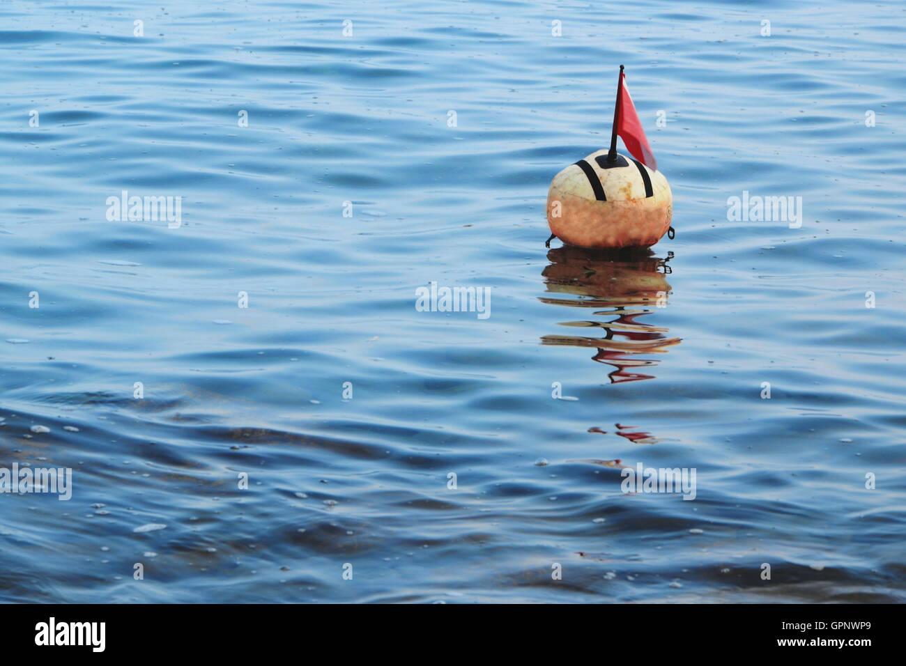 La bouée de surface dans l'eau, de l'espace pour le texte Photo Stock