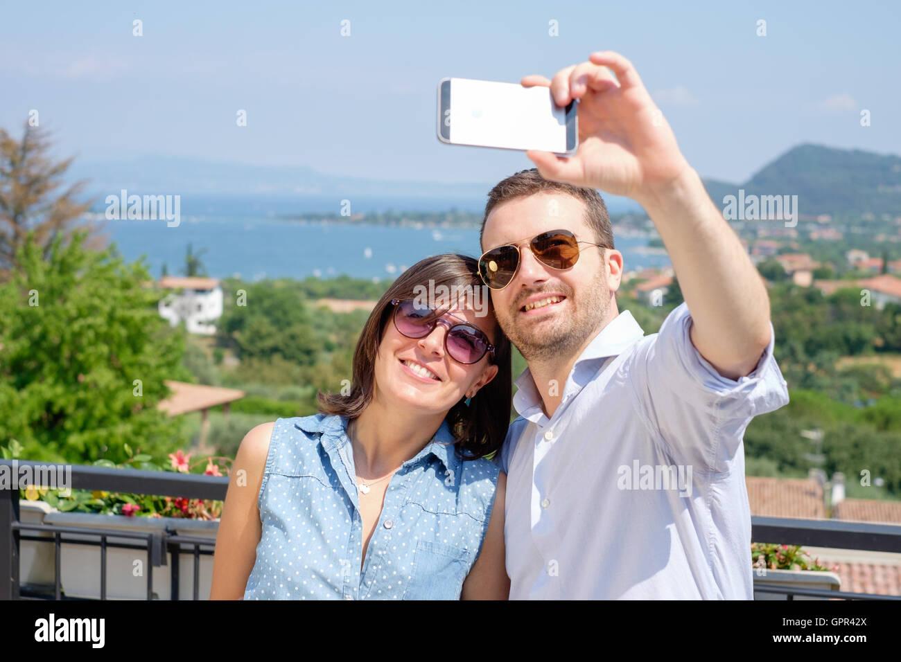 Couple qui pendant leurs vacances selfies Photo Stock