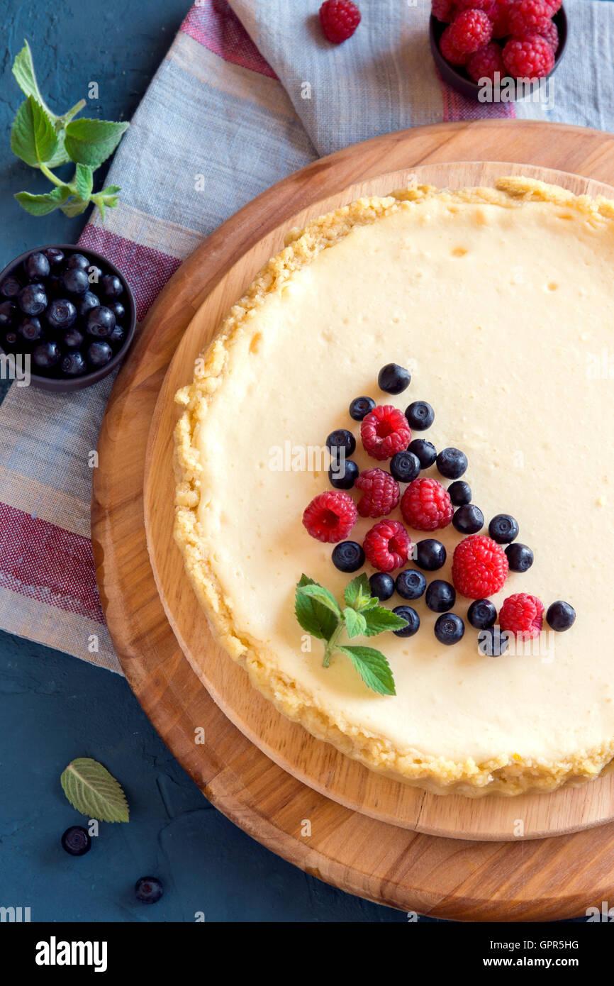 Gâteau au fromage fait maison avec les baies fraîches et de menthe pour le dessert Photo Stock