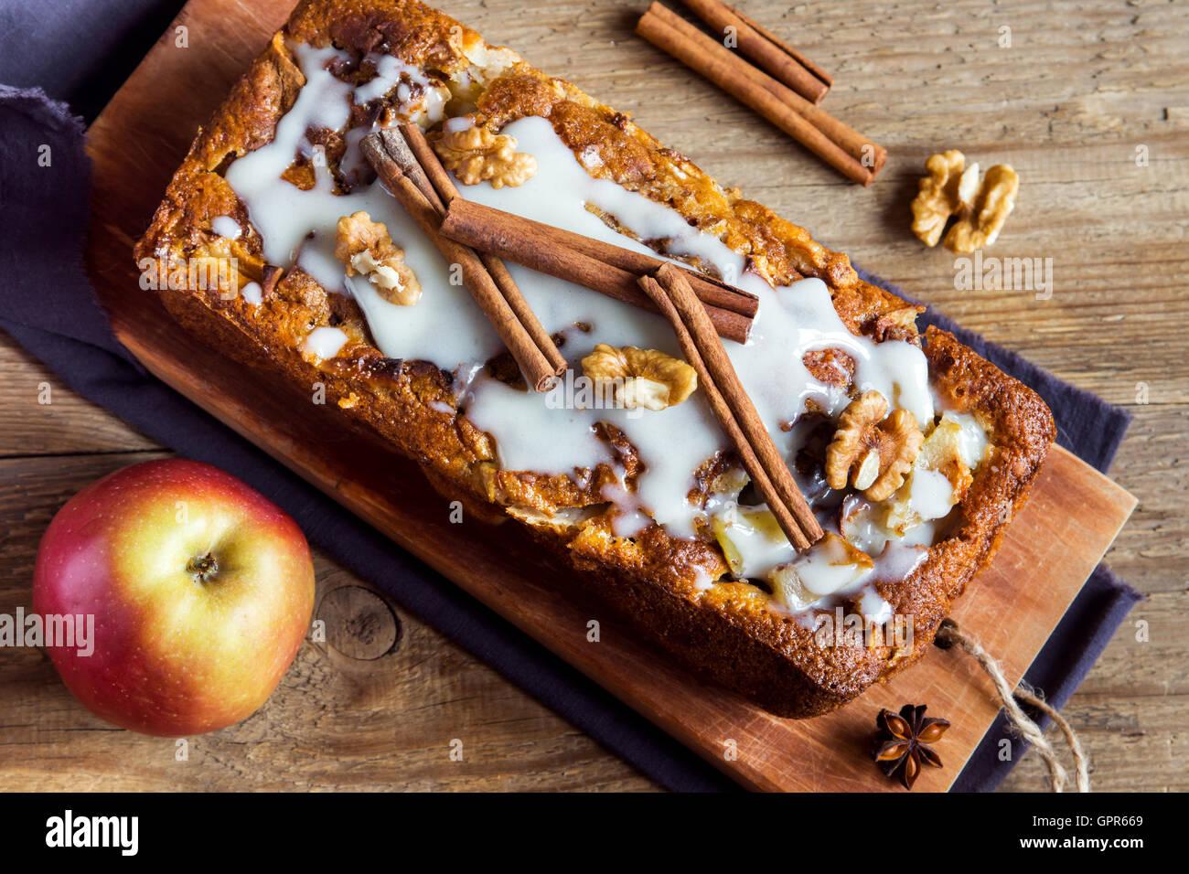 Gâteau aux pommes à la cannelle fait maison aux noix et sauce crème à l'érable sur Photo Stock