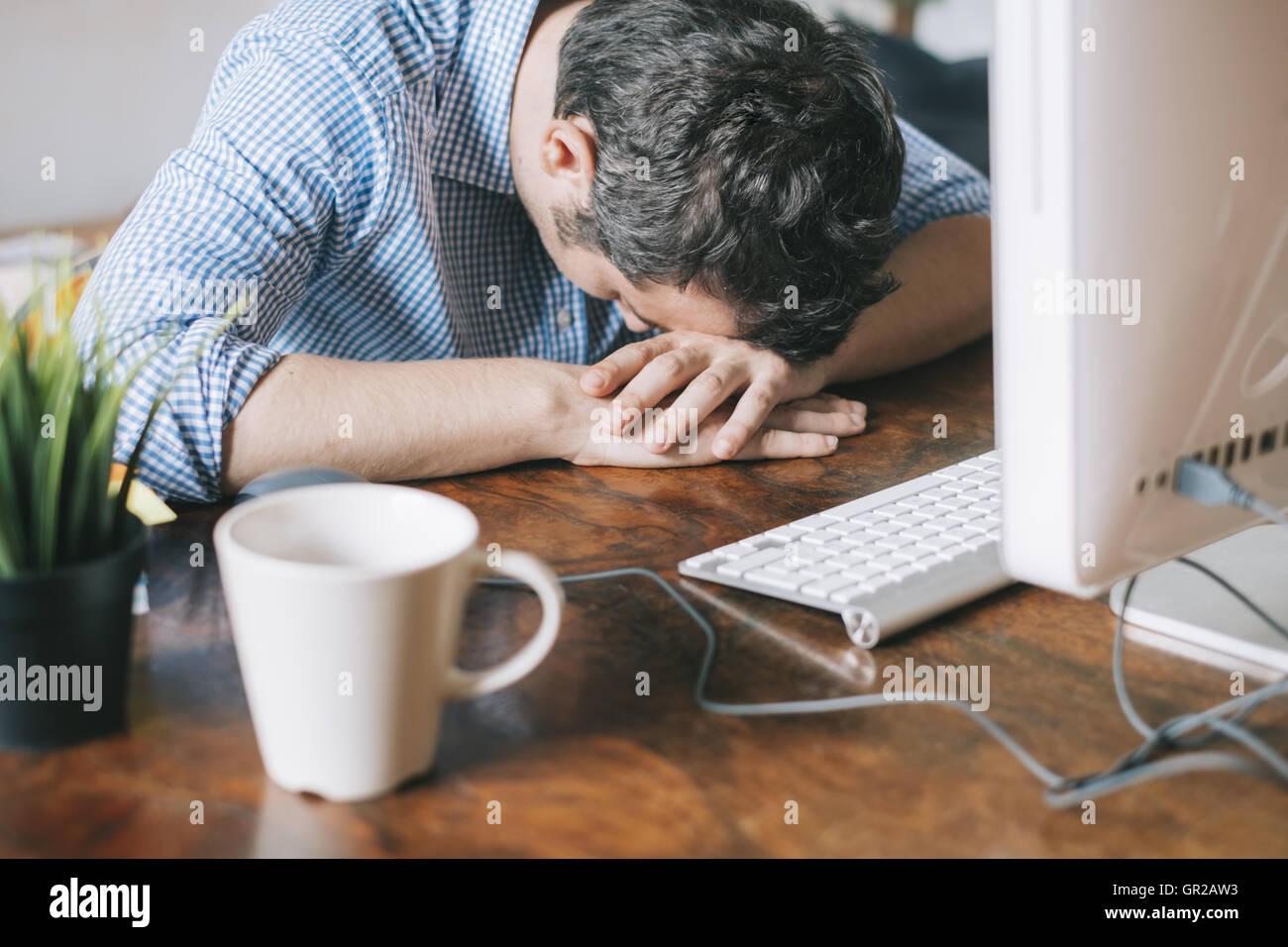 Employé de bureau fatigué dormir sur le bureau banque d images