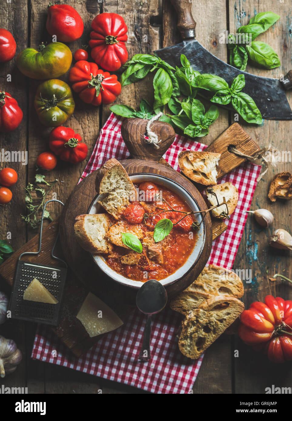 Tomate italienne soupe à l'ail et le basilic, pain, fromage Parmesan Photo Stock