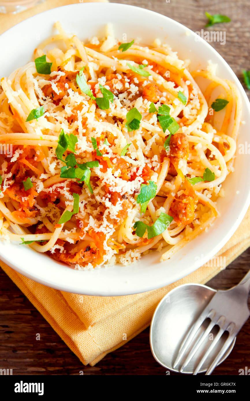 Les pâtes italiennes - spaghetti avec sauce aux légumes et fromage râpé close up Photo Stock