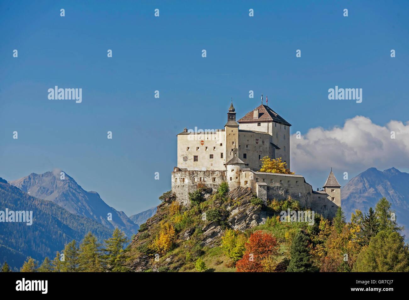Château de Tarasp est le plus puissant et le plus célèbre château de l'Engadine Banque D'Images