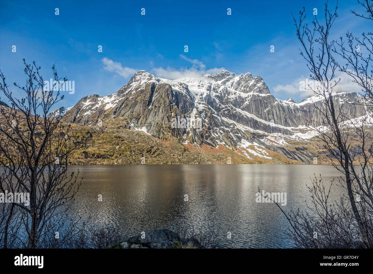 Storvatnet le paysage à couper le souffle des montagnes de l'île de Lofoten Flakstadoy Photo Stock