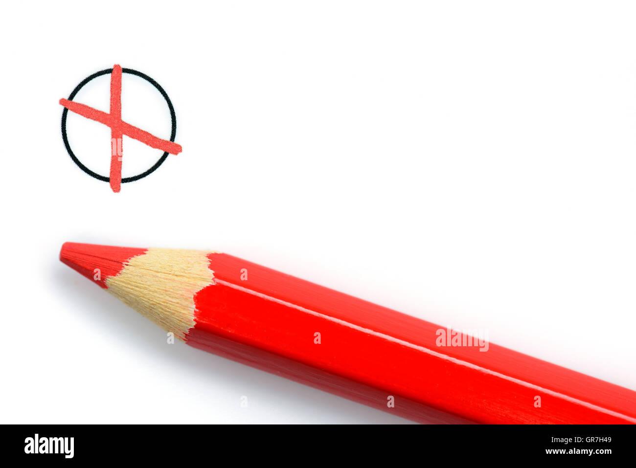 Crayon de couleur rouge et croix sur le bulletin de Photo Stock