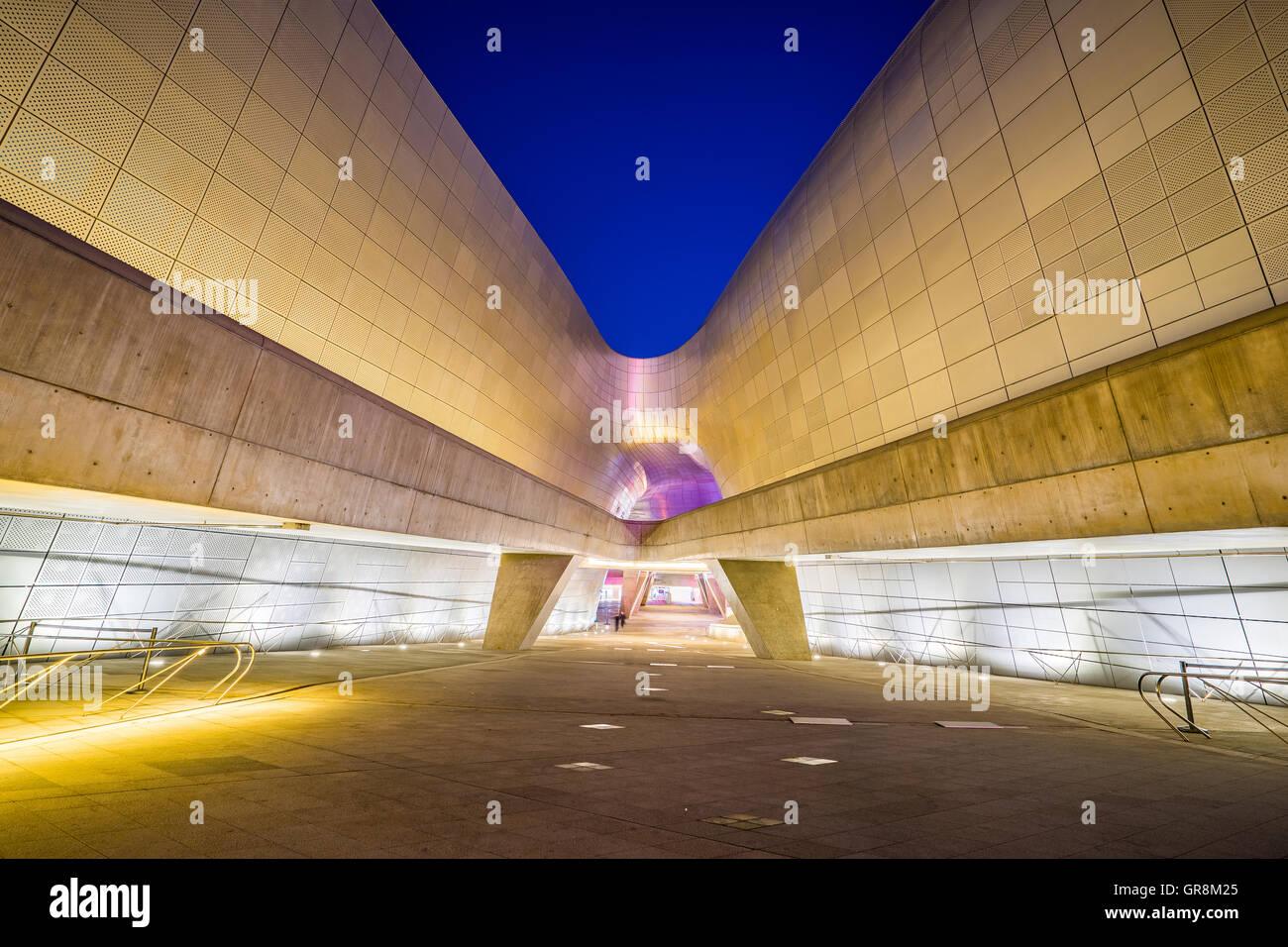 Séoul, Corée du Sud- 7 décembre 2015: la conception de Dongdaemun Plaza, également appelé Photo Stock