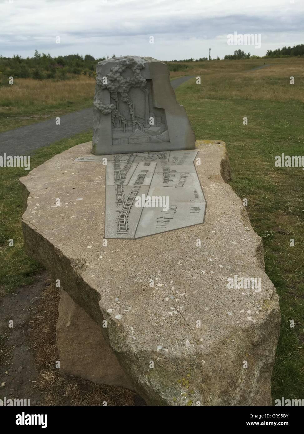 Matériaux en pierre sur terrain par la route Photo Stock